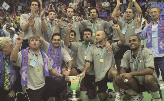 A celebração da vitória na Top Teams Cup de 2001, o 1.º título europeu de voleibol conquistado por uma equipa portuguesa